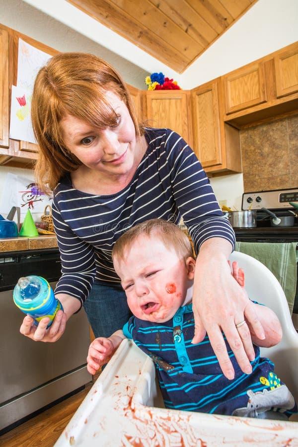 La femme alimente le bébé de Gumpy photo libre de droits