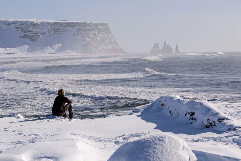 La femme apprécie des sommets de la vue o trois de Vik, Islande photo libre de droits