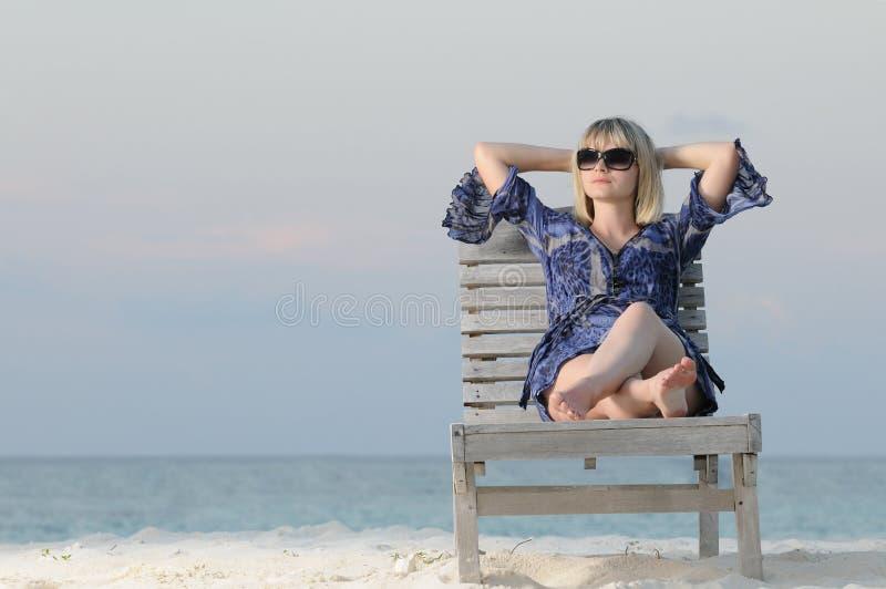La femme apprécie la tranquilité photos stock