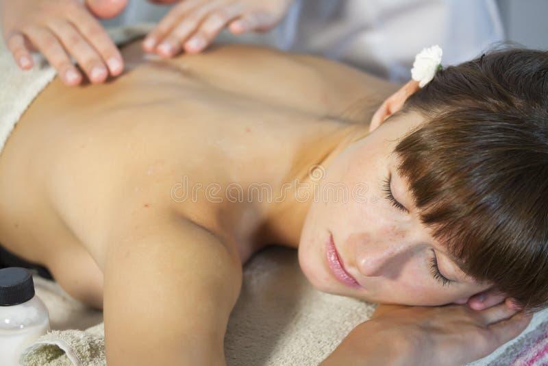 La femme apprécie le massage photographie stock