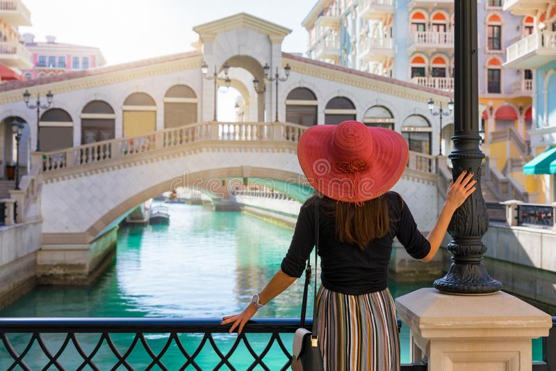 La femme apprécie la vue au Qanat Quartier sur la perle dans Doha photo stock