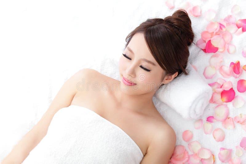 La femme apprécient le massage à la station thermale photo stock