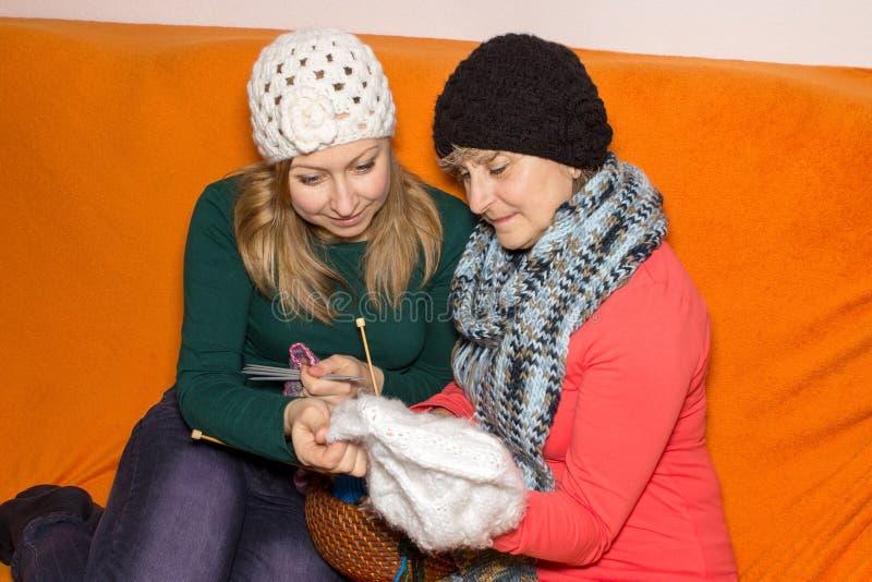 La femme apprend à tricoter images stock