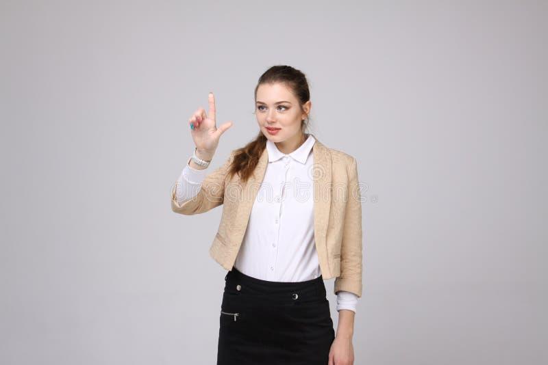 La femme appuie sur un bouton virtuel photo stock