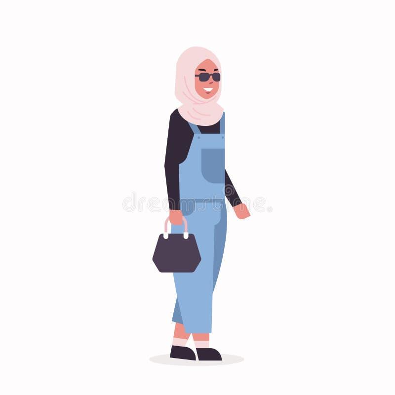 La femme arabe dans la position traditionnelle de port de v?tements de foulard de fille arabe de hijab posent le personnage de de illustration libre de droits