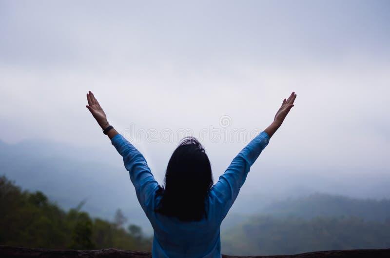 La femme asiatique arme au point de vue naturel de montagne avec le brouillard dans le matin concept de voyage de mode de vie de  photographie stock libre de droits