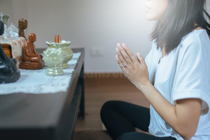 La femme asiatique avec la main en position de prière de culte, les mains femelles de prière a étreint ensemble image libre de droits