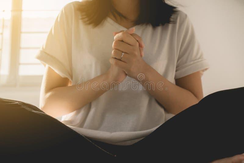 La femme asiatique avec la main en position de prière, les mains femelles de prière a étreint ensemble photos stock