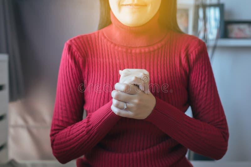 La femme asiatique avec la main en position de prière, les mains femelles de prière a étreint ensemble photo stock