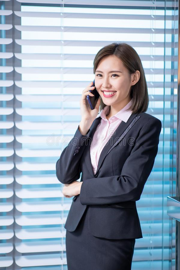 La femme asiatique d'affaires parlent le téléphone photographie stock
