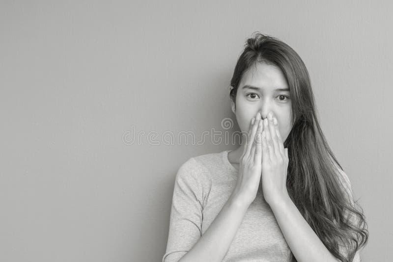 La femme asiatique de plan rapproché dans le mouvement choquant avec quelque chose a brouillé le fond texturisé par mur de ciment photographie stock