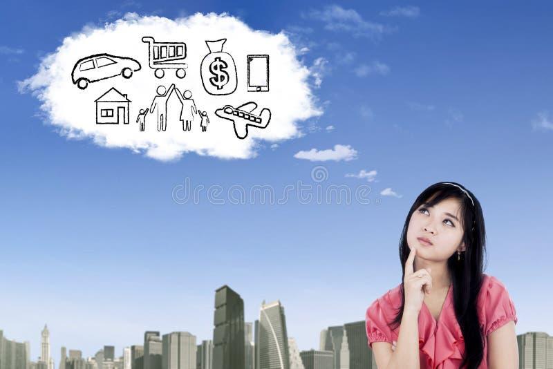 La femme asiatique imaginent son rêve sur le nuage images stock
