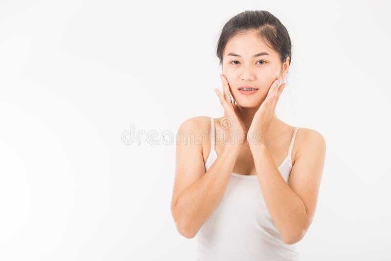 Download La Femme Asiatique Massent Son Visage Et Appliquent Le Cosmétique Crème Image stock - Image du fond, fuselage: 87705907