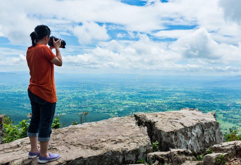 La femme asiatique a photographié la belle vue, extérieure l'été d images stock