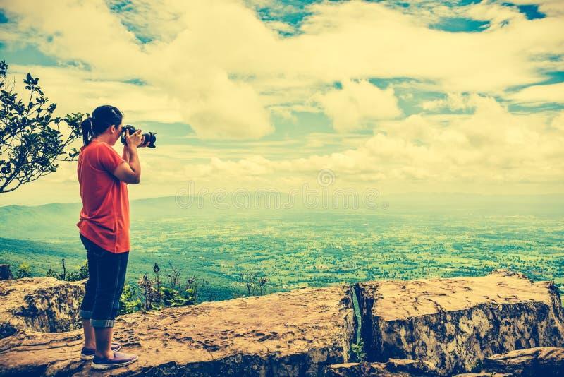 La femme asiatique a photographié la belle vue, extérieure l'été d photos stock