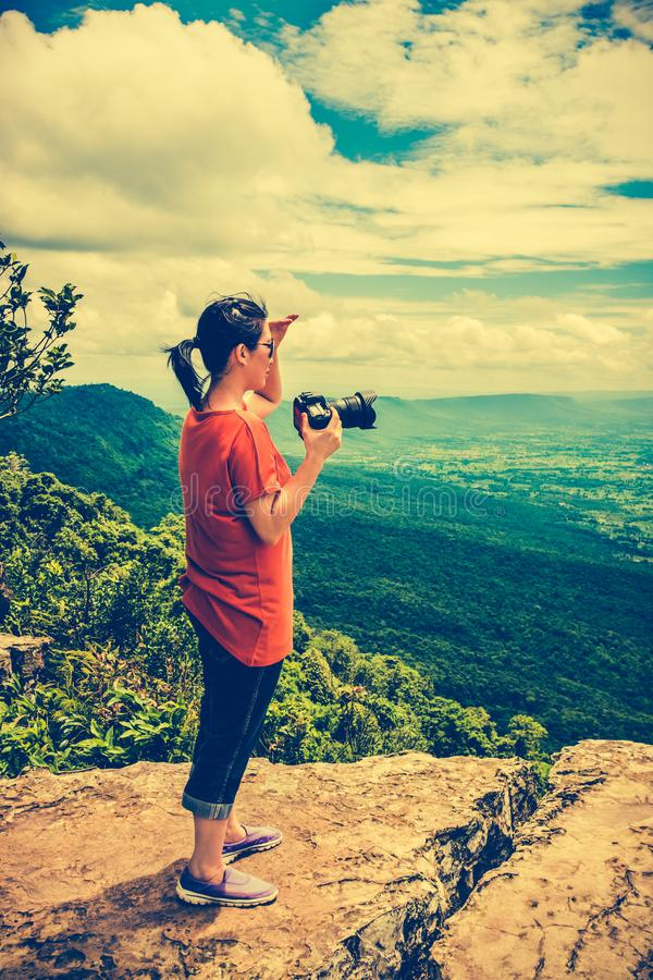 La femme asiatique a photographié la belle vue, extérieure l'été d image libre de droits
