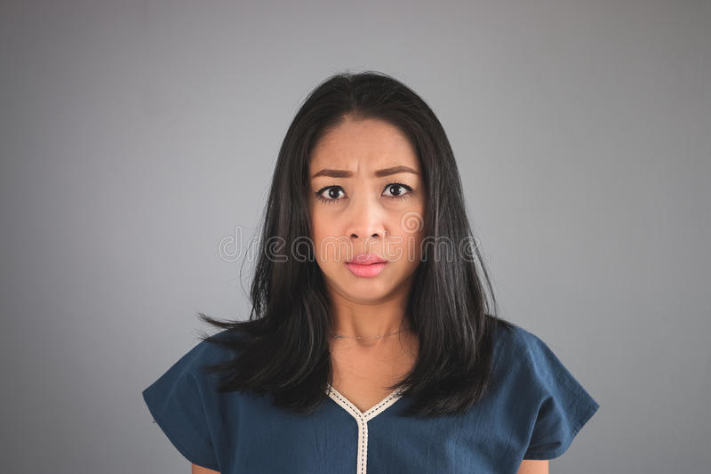 La femme asiatique voit quelque chose peu commune photographie stock