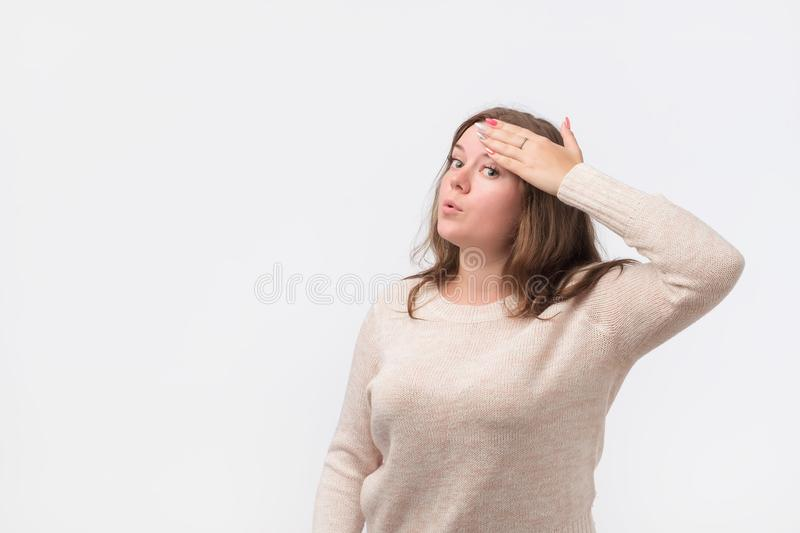 La femme assez caucasienne dans le chandail essuie la sueur outre de son front photographie stock libre de droits