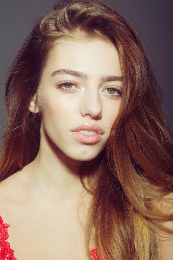 La femme assez sexy avec de longs cheveux en rouge a brodé la combinaison photo stock