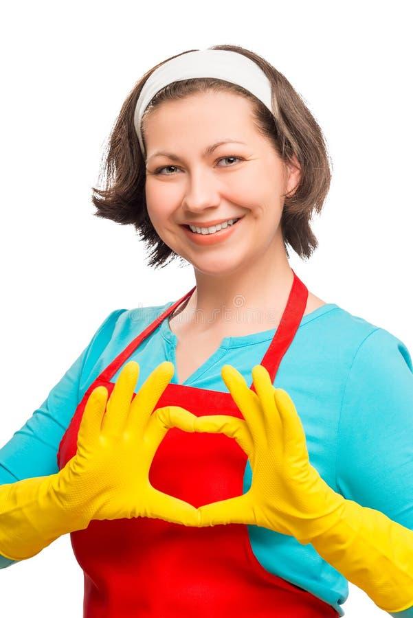 La femme au foyer heureuse de femme montre le coeur de ses mains photos libres de droits