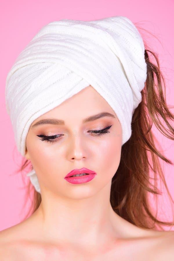 La femme au foyer a le maquillage avec la serviette ou le foulard Station thermale de mode et de beauté Femme sexy avec la servie photos stock