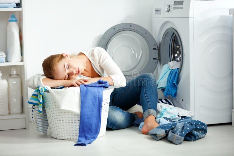 La femme au foyer malheureuse fatiguée de femme est employée dans la blanchisserie, photographie stock