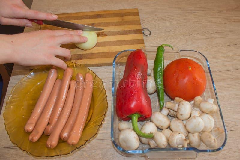 La femme au foyer prépare la nourriture saine dans la cuisine Consommation saine images stock
