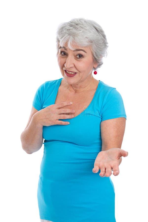La femme aux cheveux gris en turquoise explique quelque chose - d'isolement dessus images stock