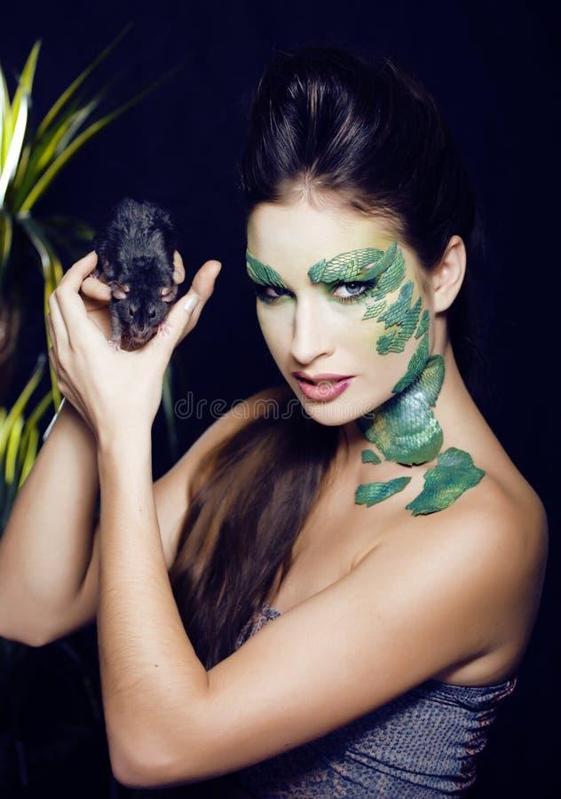 La femme avec créatif composent comme le serpent et le rat dans des ses mains, plaisanterie de plan rapproché d'horreur de Hallow photographie stock libre de droits