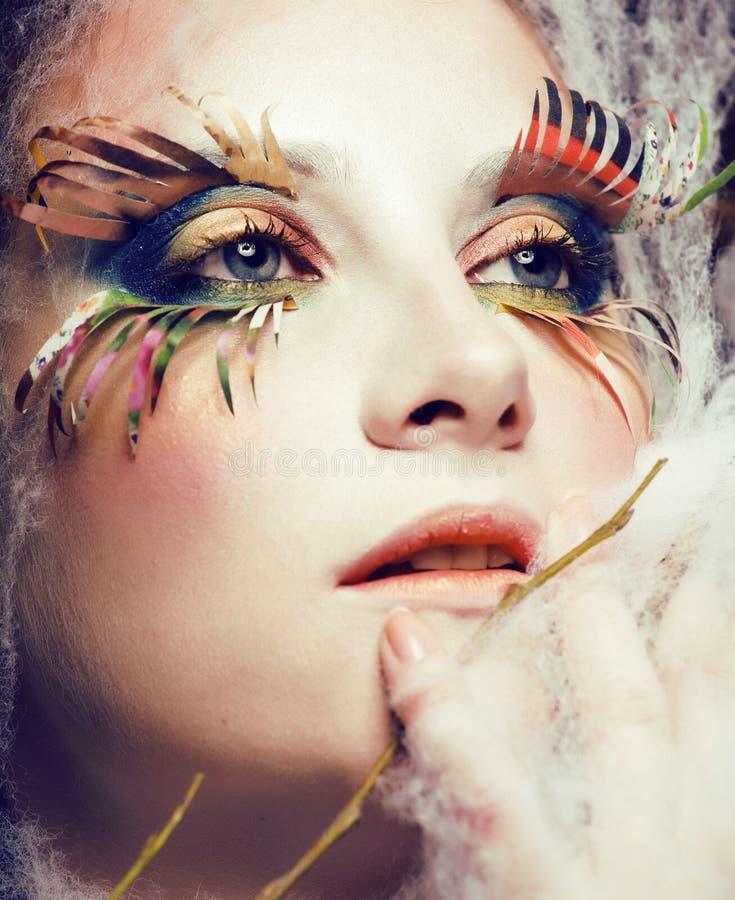 La femme avec créatif composent le plan rapproché comme le papillon, mèches de tendance d'été grandes, maquillage de Halloween, i images libres de droits