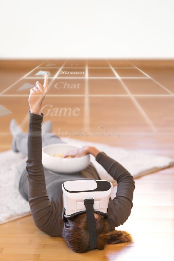 La femme avec des verres de vr est interactice avec un affichage photographie stock libre de droits