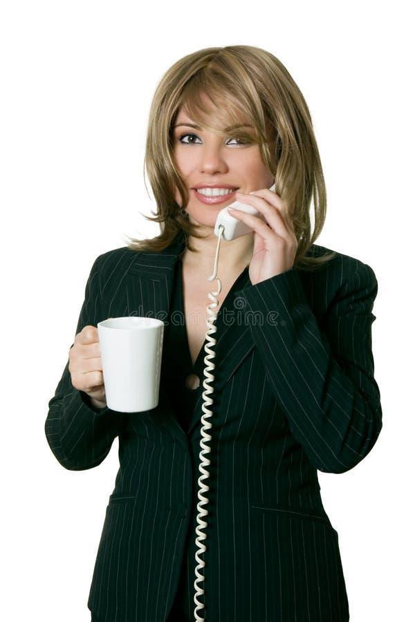 La femme avec du café répond à un téléphone photos libres de droits