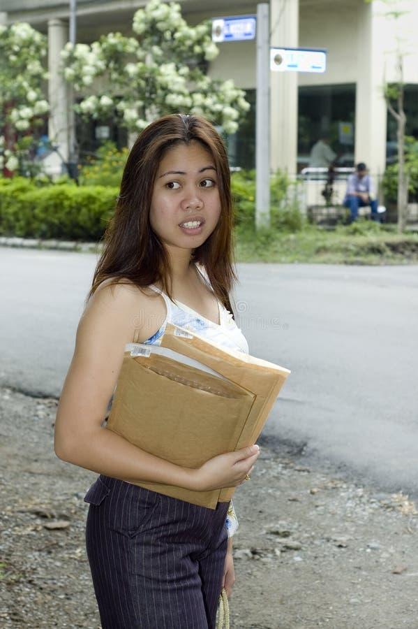 La femme avec enveloppent aller au bureau de poste image libre de droits