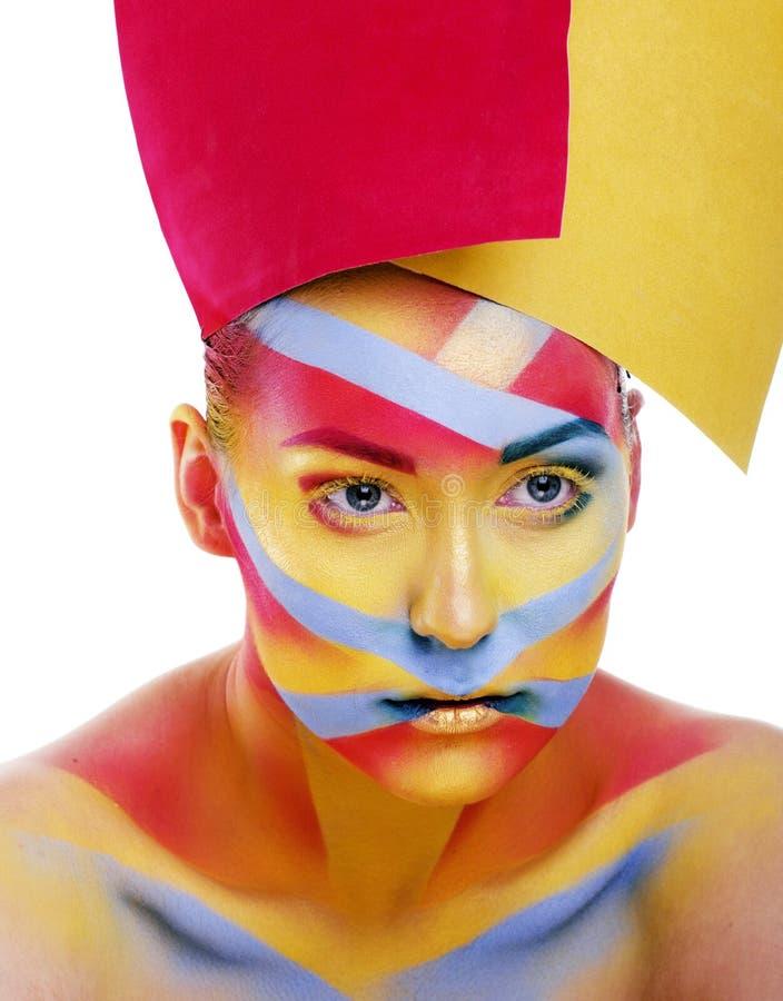 La femme avec la géométrie créative composent, rouge, jaune, plan rapproché bleu photos libres de droits