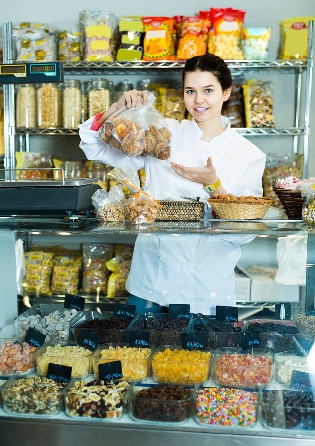 La femme avec joie montre la gamme des bonbons photos stock