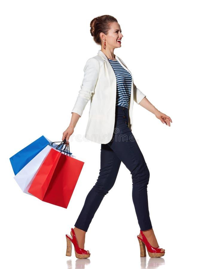 La femme avec le drapeau français colore des paniers allant dégrossir image stock