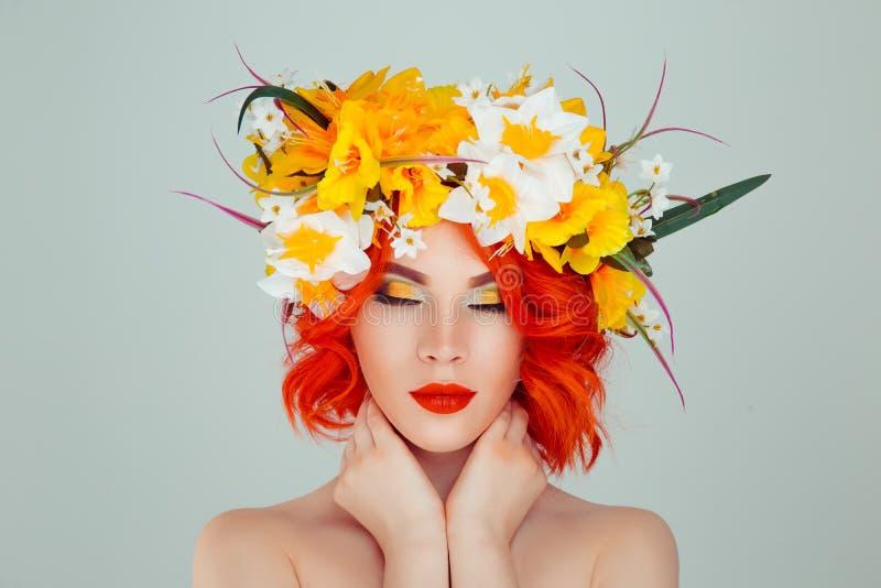 La femme avec le fard ? paupi?res jaune de bandeau floral et vert blanc a ferm? des yeux images libres de droits