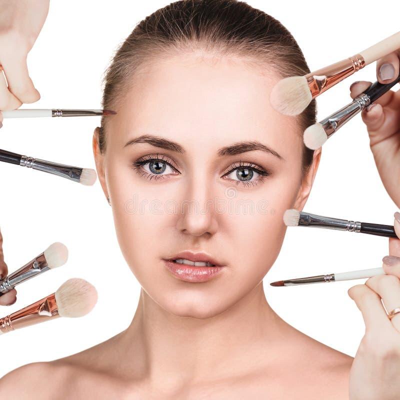 La femme avec le maquillage balaye près du visage photographie stock