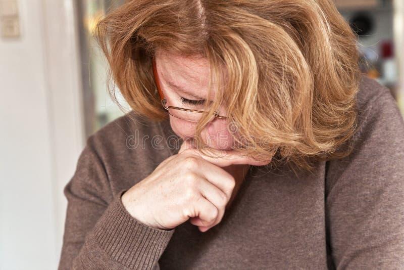 La femme avec les cheveux rouges lit images libres de droits