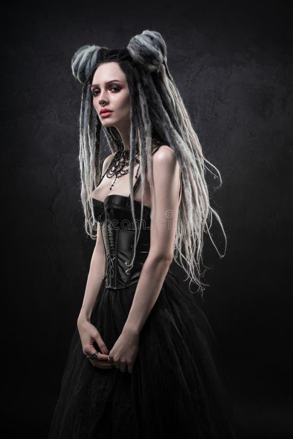 La femme avec redoute et robe gothique noire image libre de droits