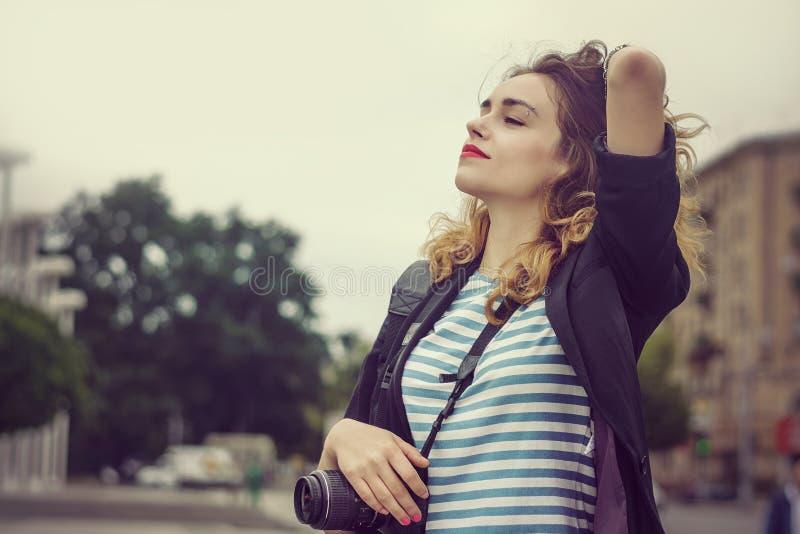 Download La Femme Avec Un Appareil-photo A Plaisir à être Dans La Ville Image stock - Image du femelle, adulte: 56475473