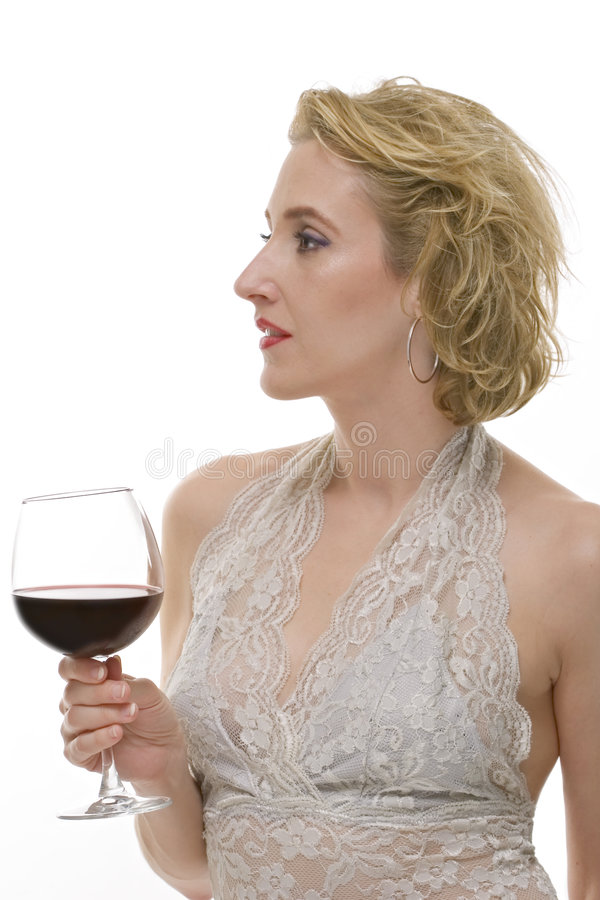 La femme avec une glace de vin rouge a isolé photo libre de droits