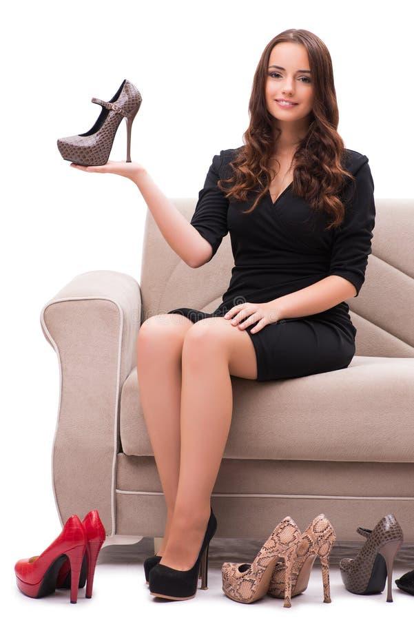 La femme ayant le choix difficile entre les chaussures photo stock