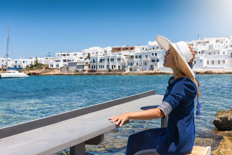 La femme blonde apprécie ses vacances à la mer méditerranéenne et bleue des îles de Cyclades en Grèce photo stock