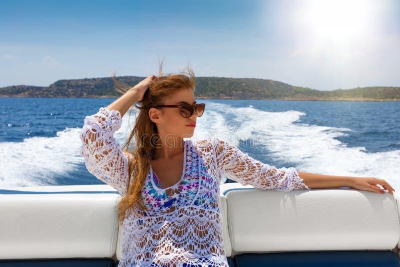 La femme blonde apprécie un tour de bateau un jour ensoleillé photos libres de droits