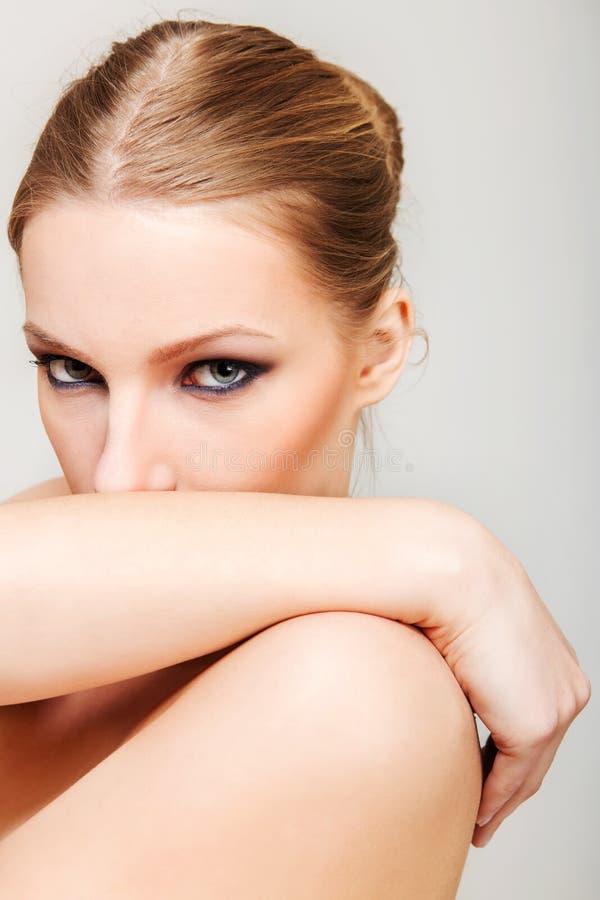 La femme blonde attirante de torse nu avec l'oeil foncé composent photo libre de droits