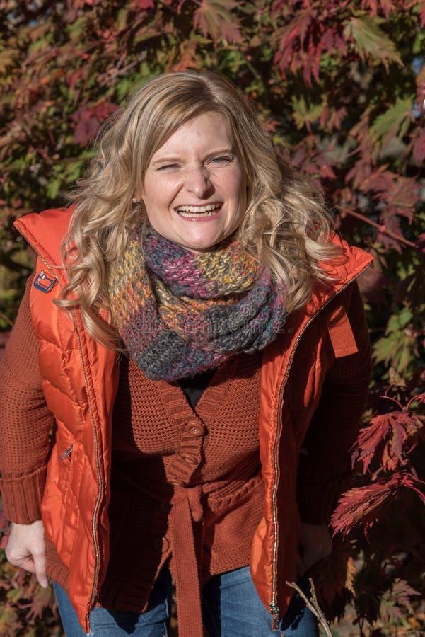 La femme blonde attirante en parc attend avec intérêt l'aut photos libres de droits