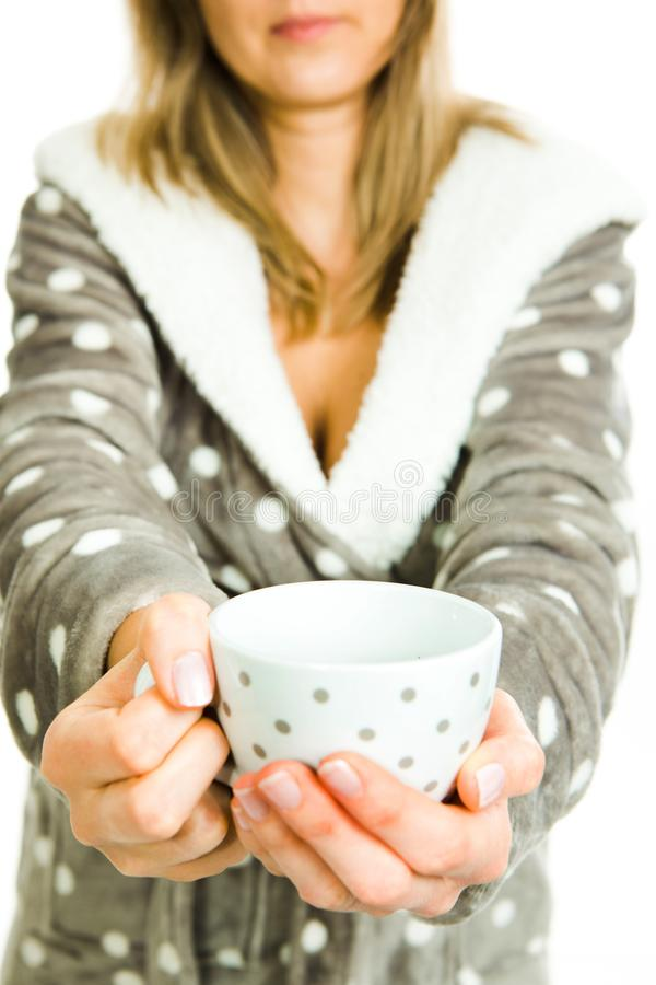 La femme blonde dans la robe de chambre grise avec les points blancs offre blanc photos libres de droits