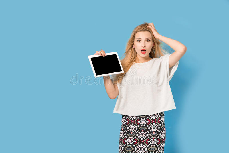 La femme blonde montre son PC de comprimé photos libres de droits