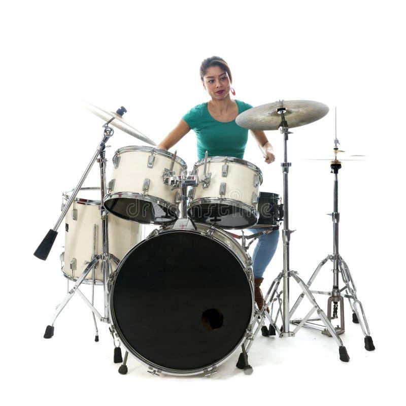 La femme brésilienne de brune joue les tambours dans le studio image libre de droits